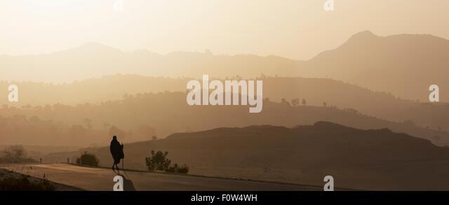 Rückansicht des senior Mann in traditioneller Kleidung Blick auf Landschaft bei Sonnenuntergang, Äthiopien, Stockbild