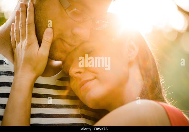 Intime Momente - junges Paar umarmt und in der Natur umarmt Stockbild