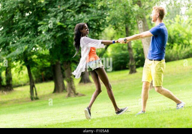 Schöne Paare tanzen im Freien in einem Park mit Freude und Liebe Stockbild