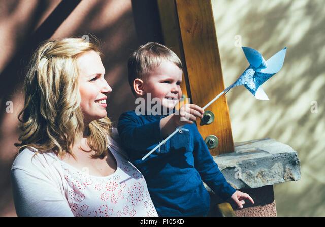 Mutter, die eine gute Zeit mit ihrem Sohn im freien Stockbild