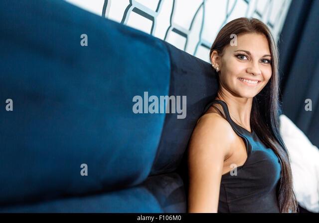 Schöne junge Frau in einem Hotel Zimmer lächelnd Stockbild