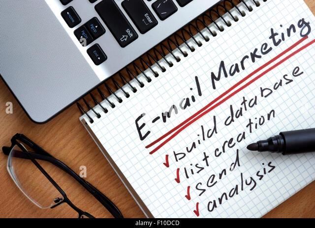 Notizblock mit Worten E-mail marketing Werbekonzept auf einem hölzernen Hintergrund Stockbild