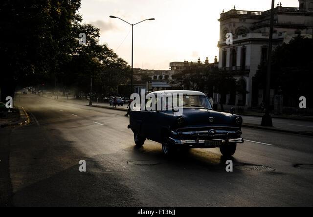 Ein Oldtimer Beschleunigung am Abend des zentralen Havanna, Kuba Stockbild