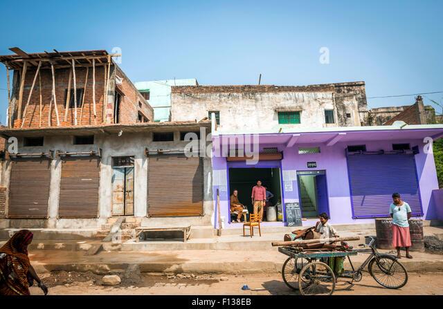 Einen neu gebauten und bemalten Shop in Chitrakut (Chitrakut), Madhya Pradesh, Indien Stockbild