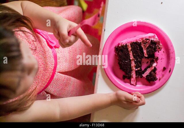 Draufsicht der Mädchen sitzen an einem Tisch essen Kuchen Stockbild