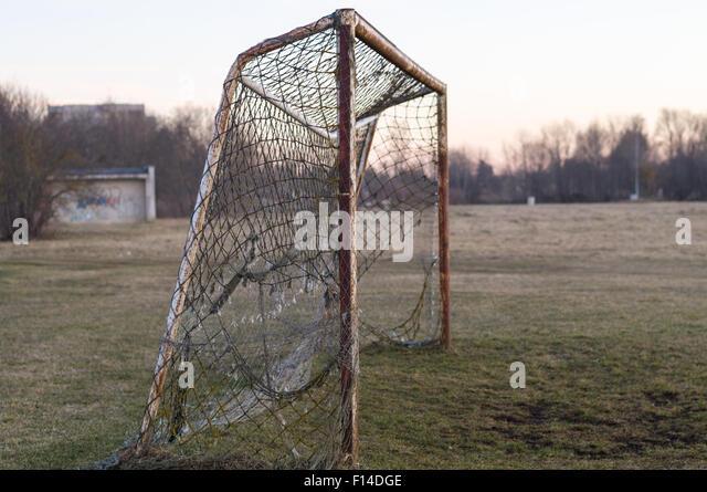 Alte rostige Fußballtor auf Sonnenuntergang, Nostalgie-Konzept Stockbild