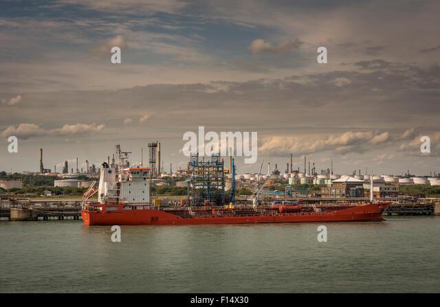 Ein Öltanker angedockt Fawley Öl-Raffinerie in der Nähe von Southampton, Hampshire, UK Stockbild