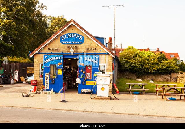 Scripps Aidensfield Garage Trauergottesdienste bauen Goathland North Yorkshire UK England außen vorne Benzinpumpe Stockbild