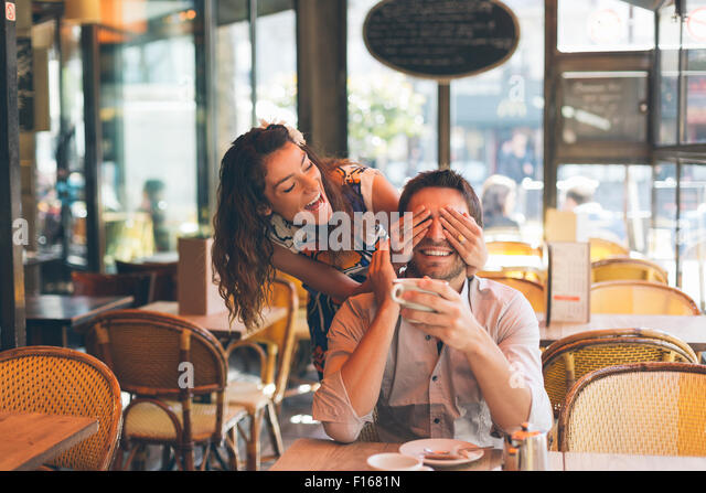 Paar Partnersuche in Cafe, Paris Stockbild