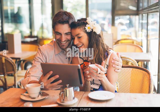 Paris, paar Partnersuche in Cafe Stockbild