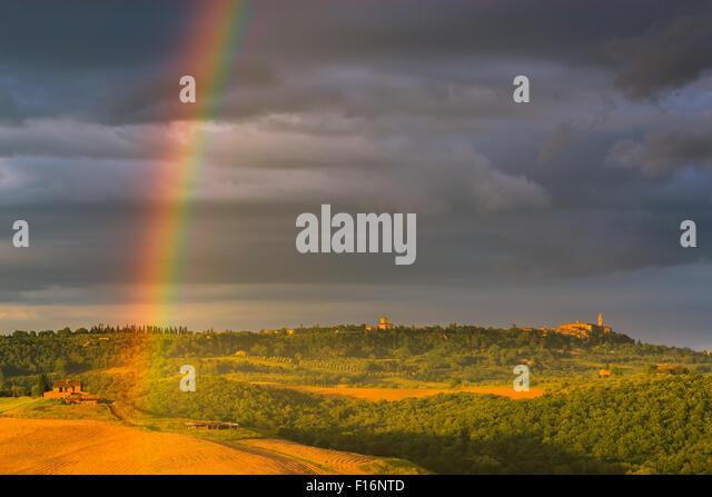 Regenbogen mit berühmten Zypressen liegt im Herzen der Toskana, in der Nähe von Pienza, Italien Stockbild