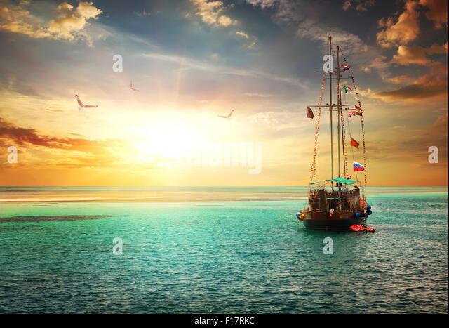 Sonnenuntergang über Yacht im Meer Stockbild