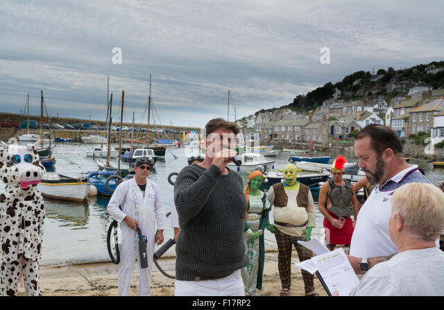 Mousehole, Cornwall, UK. 29. August 2015. Prominenten TV-Moderator Nick Knowles die am besten gekleidete Crew für Stockbild