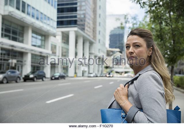 Geschäftsfrau Kreuzung Stadtstraße Stockbild