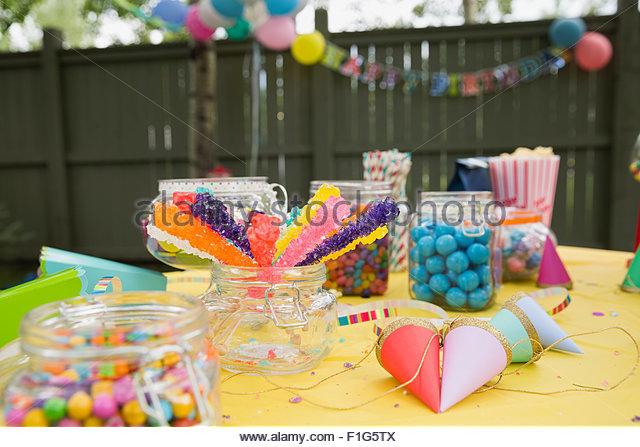 Candy Partyhüte auf Geburtstag Party Tisch Hinterhof Stockbild