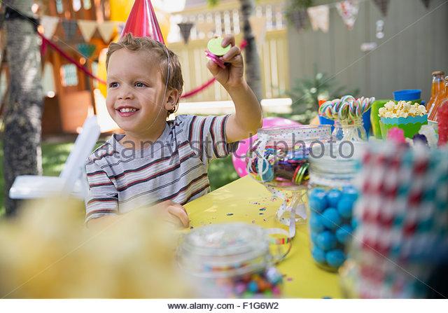 Geburtstag Party Hut hält Candy Boy Stockbild