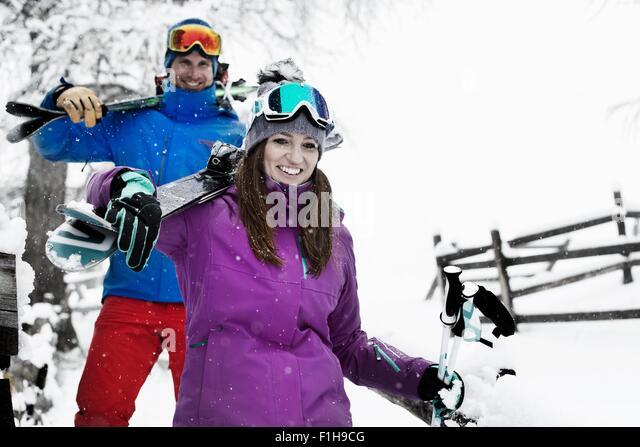 Mann und Frau, die Skier Stockbild