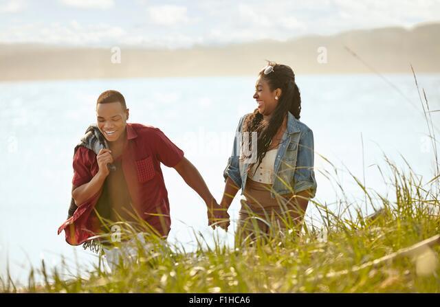 Junges Paar spazieren Hand in Hand Stockbild