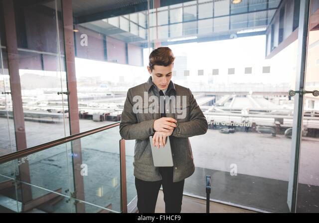 Porträt der jungen Geschäftsmann Pendler Zeit Armbanduhr gesucht. Stockbild