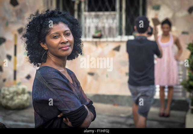Portrait-Shooting Modeassistentin lächelnd und Blick in die Kamera Stockbild