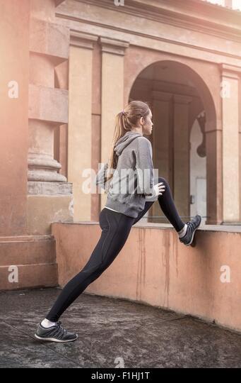 Junge Frau trägt Sportkleidung Beine Stockbild