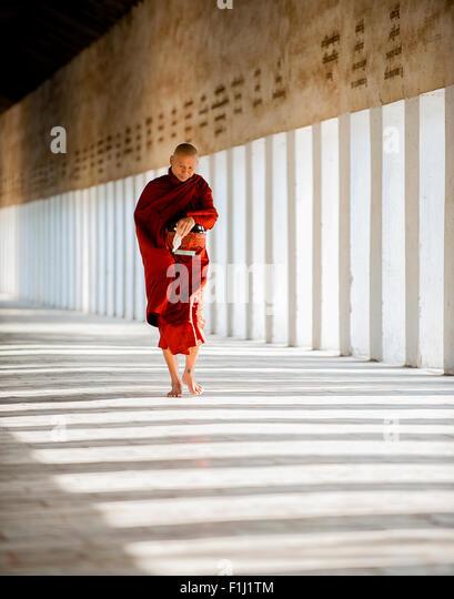 Buddhistische Mönch mit Almosen, Bagan Myanmar Burma Stockbild