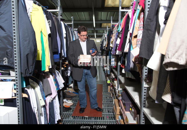 David Bracken Unternehmer macht seinen Lebensunterhalt kaufen und verkaufen bei Ebay, in seinem Lager, Acton, North Stockbild