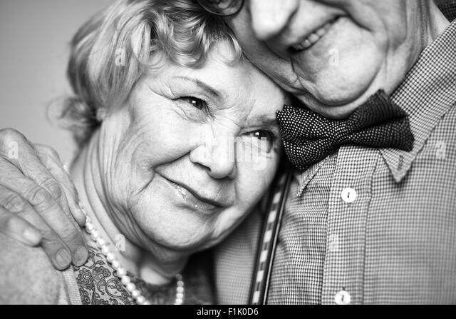 Zärtliche senior Frau in der Nähe ihres Mannes Stockbild