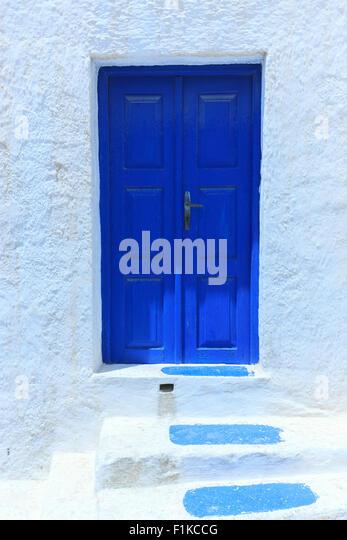 Eine blaue Frontdooron Santorini eine der Kykladen im Ägäischen Meer, Griechenland. Stockbild
