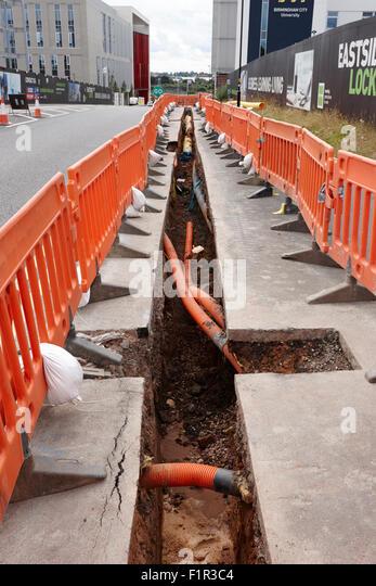 neue Dienstleistungen Graben gegraben, Gas- und Glasfaser-Infrastruktur Birmingham UK zu legen Stockbild