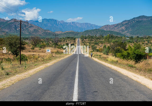 Langen, geraden Straße im zentralen Malawi, Afrika Stockbild