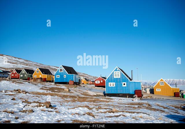 Bunte hölzerne Häuser im Dorf Qaanaaq, eines der nördlichsten Siedlungen auf dem Planeten, Grönland, Stockbild