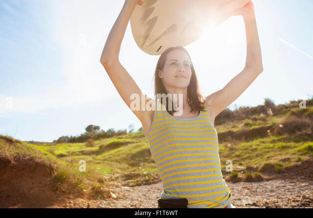 Frau mit Surfbrett Stockbild
