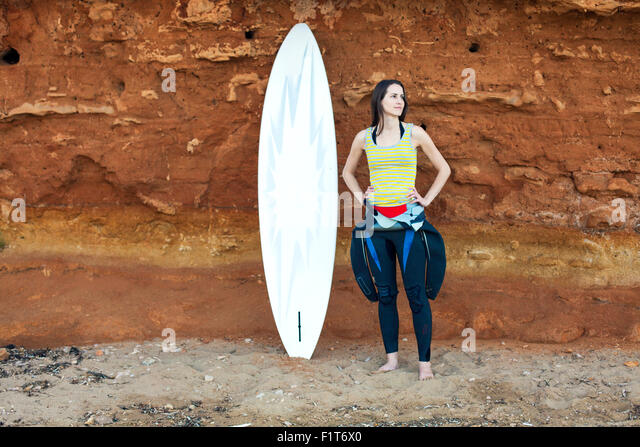 Surferin vor rock Stockbild