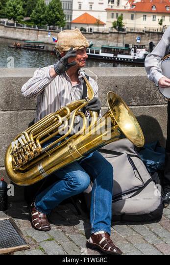 Jazz-Musiker mit einer Tuba als Straßenmusikant auf der Karlsbrücke, Prag, Tschechische Republik. Stockbild