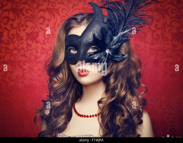 Schöne junge Frau in schwarzen mysteriösen venezianische Maske. Modefoto Stockbild