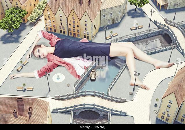 Frau auf Straßen der Stadt. Kreativkonzept Stockbild
