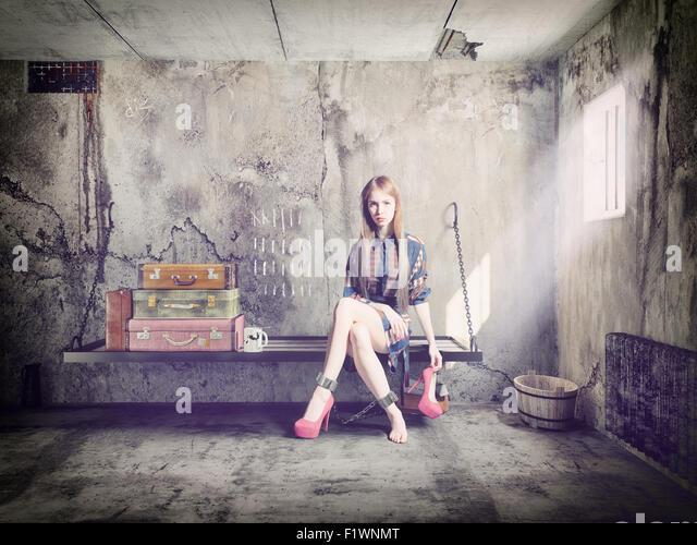 die junge schöne Frau im Gefängnis mit ihrem Gepäck. Konzept Stockbild