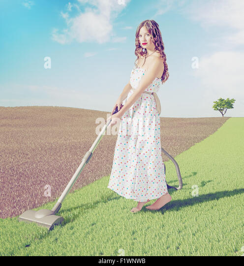 Junge Frau Reinigung grünen Naturrasen in wilder Landschaft. Kreativkonzept Foto kombiniert Stockbild