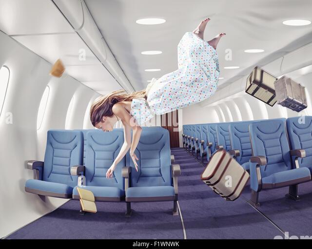 Mädchen in einem Flugzeug fliegen. Kreativkonzept Stockbild