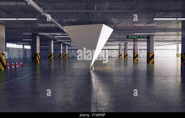geometrische Figur-Pyramide auf dem Parkplatz. 3D Kreativkonzept Stockbild