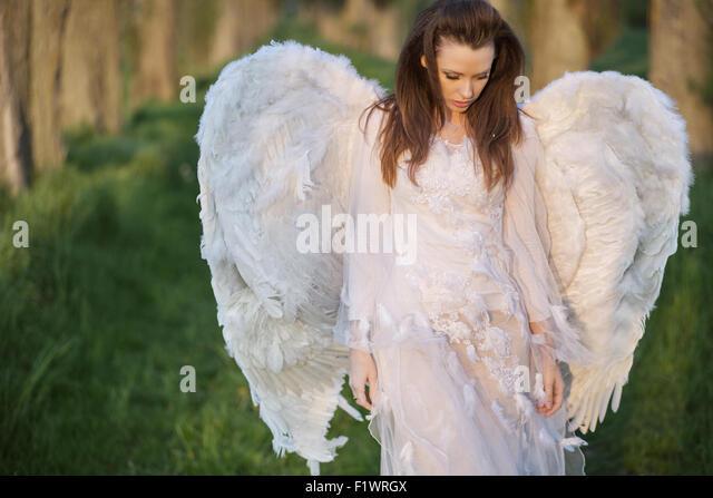 Allein Engel zu Fuß in den wilden Wald Stockbild