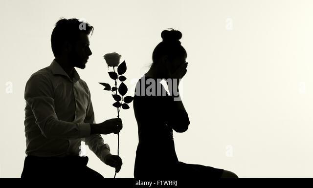 Entschuldigte sich seiner schönen jungen Frau Mann Stockbild