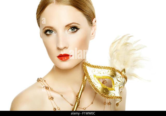 Schöne junge Frau in geheimnisvolle goldene venezianische Maske. Modefoto Stockbild
