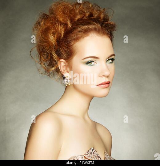 Porträt von schöne sinnliche Frau mit elegante Frisur.  Perfektes Make-up. Modefoto Stockbild