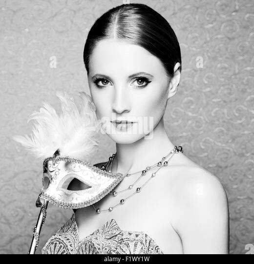 Schöne junge Frau in geheimnisvolle venezianische Maske. Modefoto Stockbild
