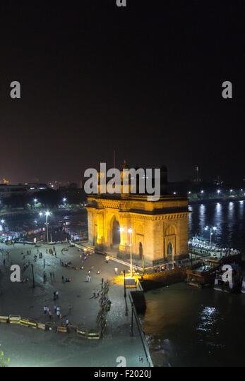 Mumbai, Indien. Das Gateway of India beleuchtet in der Nacht von einem hohen Aussichtspunkt. Stockbild