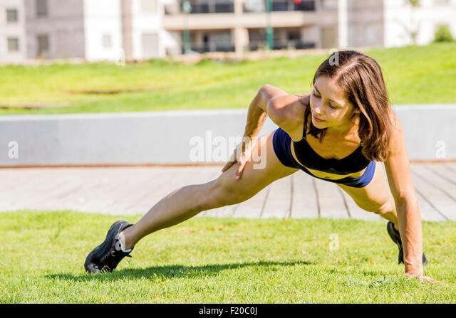 Junge Frau trainieren in Park Stockbild