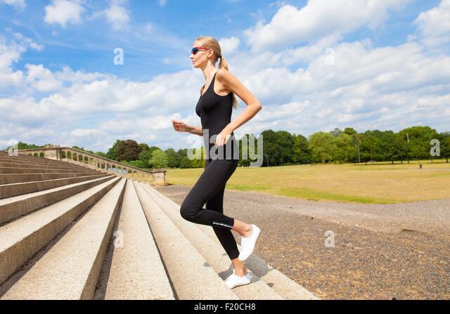 Frau, die Treppe hinauf Joggen Stockbild