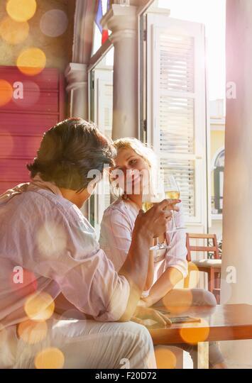 Junges Paar Wein zu trinken im Restaurant, Havanna, Kuba Stockbild